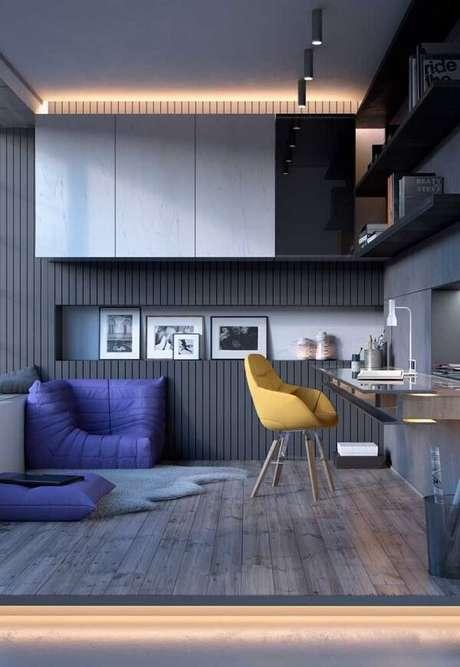 1. Quarto jovial com piso flutuante e iluminação pontual em tom amarelo. Fonte: Pinterest