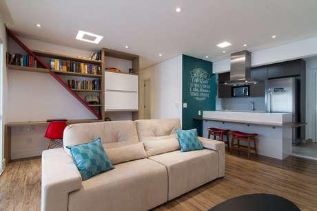 4. O rebaixamento de gesso no apartamento pequeno deixa o ambiente com bom acabamento. Projeto por Moussi Arquitetura.