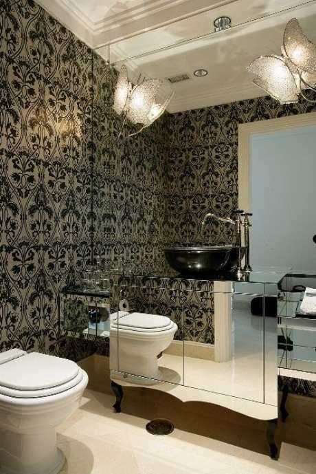 7. Papel de parede e espelho têm acabamento de rebaixamento de gesso. Projeto por Brunete Fraccaroli.