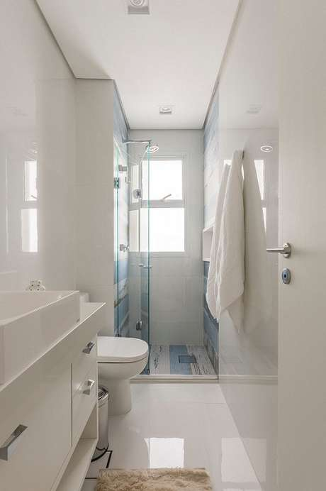 8. O banheiro pequeno com sanca de gesso fica lindo e bem acabado. Projeto por Idealizzare Arquitetos.