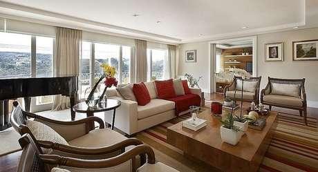 10. A sala de estar fica completa com o acabamento do rebaixamento de gesso. Projeto por Patricia Covolo.