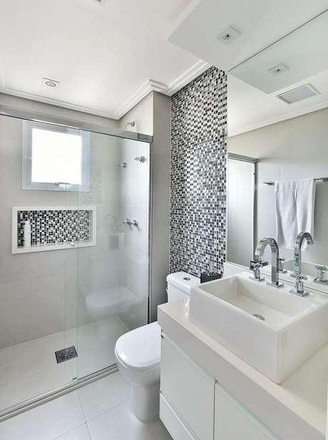 12. O banheiro é um dos locais que mais precisam de rebaixamento de gesso. Projeto por Tetriz Arquitetura.