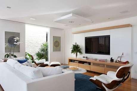 13. O rebaixamento com plafon enriquece a sala de estar. Projeto por Paola Ribeiro.