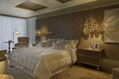 14. O gesso com aberturas faz uma combinação incrível com as luminárias do quarto de casal. Projeto por Guardini Stancati.