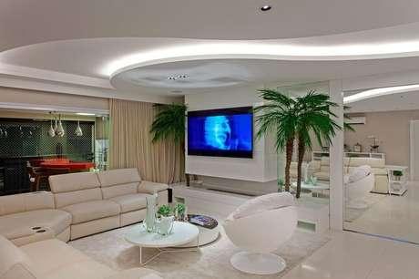 16. O gesso com curvas pode ser o impacto em uma sala minimalista. Projeto por Iara Kilaris.