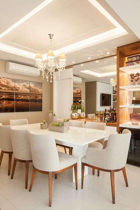 55. Rebaixamento de gesso na sala de estar com lustre clássico no centro. Via: Casa da Valentina
