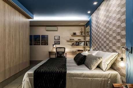 25. O rebaixamento de gesso com iluminação ajuda a criar o clima do quarto de casal. Projeto por Morar Mais por Menos Goiânia.