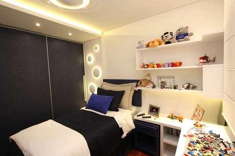 28. O quarto de menino tem detalhes em gesso iluminado que o deixam mais interessante. Projeto por Cristiane Vassoler.