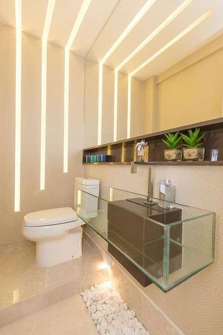 31. O banheiro com detalhes no teto e na parede fica diferente e elegante. Projeto por Andrea Fonseca.