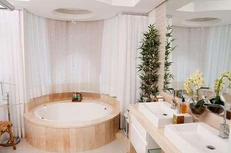 32. O banheiro com banheira tem rebaixamento de gesso no teto para harmonizar. Projeto por Juliana Pippi.