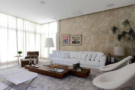 33. A sala de estar com rebaixamento de gesso fica mais aconchegante. Projeto por Rodrigo Fonseca.