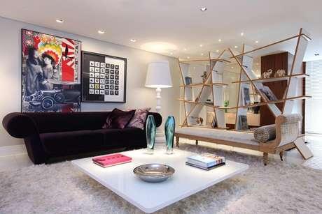 36. A sala de estar moderna tem teto com rebaixamento de gesso e iluminação. Projeto por Rodrigo Maia.
