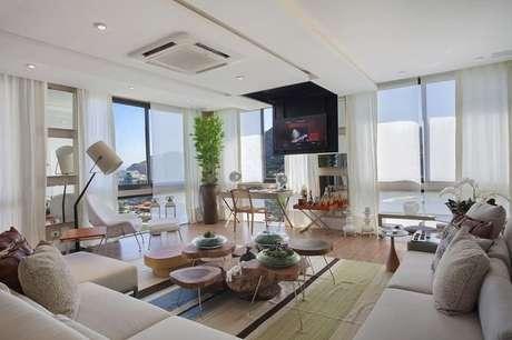 37. Outra sala de estar moderna com trabalho de gesso criativo. Projeto por Gloria Copello.
