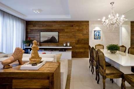 38. O rebaixamento de gesso no teto pode também dividir os ambientes da casa. Projeto por Carolina Nathair.