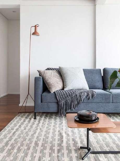 40. Sala de estar com piso flutuante e tapete estampado. Projeto por INÁ Arquitetura
