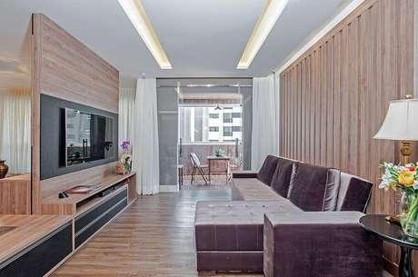 63. Sala de estar com sofá chaise e piso flutuante. Projeto por Patrícia Azoni