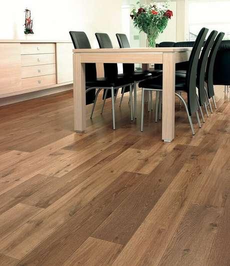 43. Sala de jantar com mesa retangular, cadeiras pretas e piso flutuante. Fonte: Pinterest