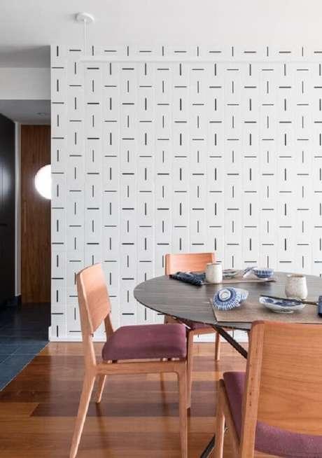 41. Sala de jantar com parede estampada e piso flutuante. Projeto por INÁ Arquitetura