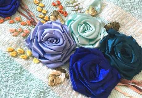 1. Toalha decorada com flor de fita de cetim para banho – Via: Pinterest
