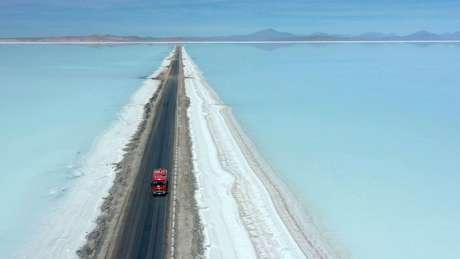 Na Bolívia, há acordos comerciais para exploxar o lítio, usado na baterias de carros e celulares