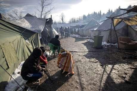 O inverno faz com que seja perigoso dormir em barracas, como fazem os migrantes no campo de Vucjak