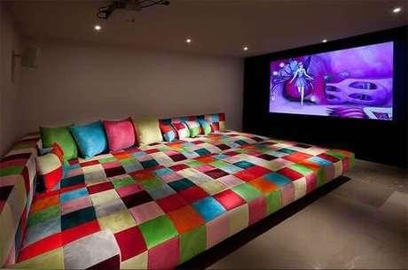 56. Sofá colorido para sala de cinema. Fonte: Pinterest