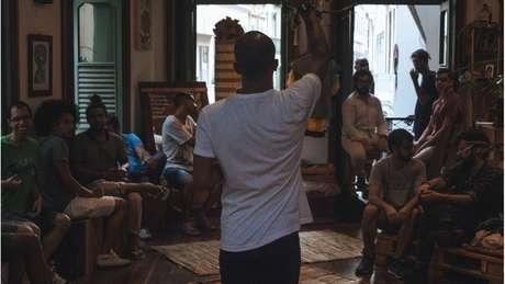 O professor carioca organiza rodas de conversa com homens comuns, de diversos perfis, para discutir masculinidades