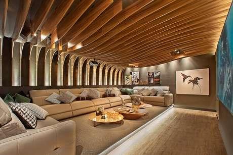 59. Teto de madeira para sala de cinema. Fonte: Ateliê Revestimentos