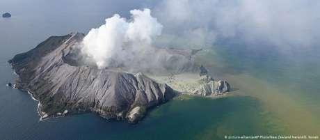 Whakaari fica na ilha turística de White Island, a cerca de 50 quilômetros da costa da Ilha Norte da Nova Zelândia