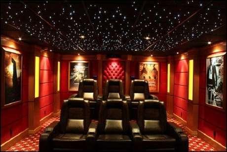 58. Cinema em casa com teto magnífico. Fonte: Pinterest