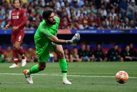 Eleito melhor goleiro do mundo, Alisson comentou sobre possível encontro com o Fla na final do Mundial (Foto: AFP)