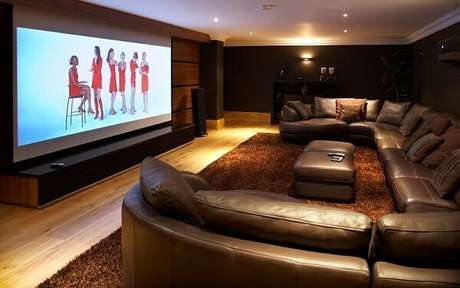 62. Sofá de couro para sala de cinema. Fonte: Pinterest