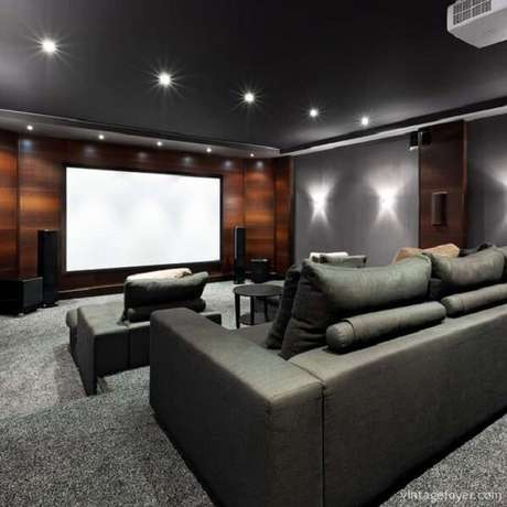 63. Invista em spot de luz para decoração da sala de cinema. Fonte: Pinterest