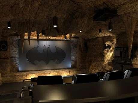 64. Cinema em casa com temática de Batcaverna. Fonte: Pinterest