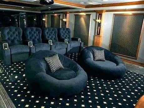 6. Poltronas e puffs para sala de cinema. Fonte: Pinterest