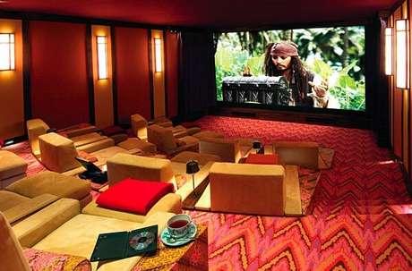 69. Cinema em casa com tela gigante. Fonte: Pinterest