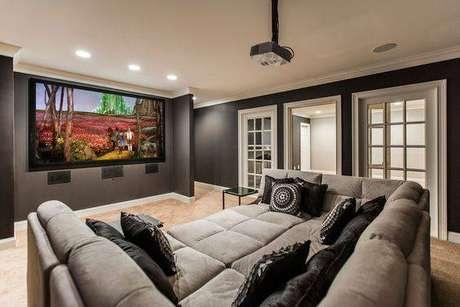 84. O sofá é uma das principais estrelas do cinema em casa. Fonte: Pinterest