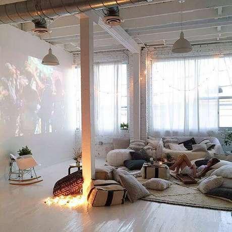 65. Almofadas e tapetes felpudos deixam o cinema em casa mais equipado e aconchegante. Fonte: Pinterest