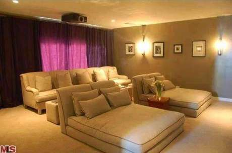 8. Os futons são ideais para compor o cinema em casa. Escolha tamanhos que não ocupem muito espaço na sala. Fonte: Pinterest