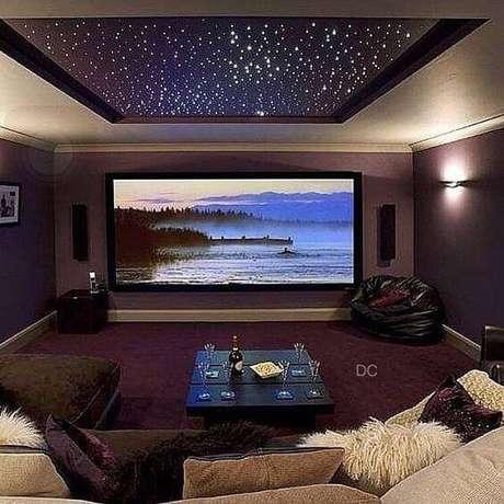 9. O céu estrelado dá um efeito incrível para a sala de cinema em casa. Fonte: Pinterest