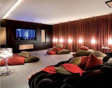 10. Aposte em cortinas que bloqueiam a luz e almofadas no chão para aconchegar os convidados. Fonte: Pinterest