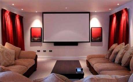 11. A iluminação distribuída deixa o cinema em casa mais convidativo. Fonte: Pinterest