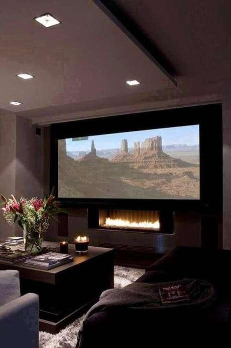14. Cinema em casa com lareira embutida. Fonte: Pinterest