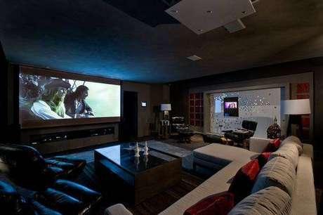 15. As poltronas e o sofá largo são capazes de acomodar diversos convidados. Fonte: Pinterest