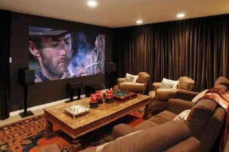16. O cinema em casa com cores terrosas fica com aparência retrô. Fonte: Pinterest