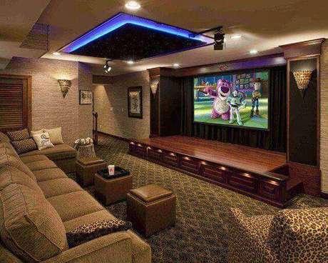 17. A sala de cinema tem direito até a palco para performances. Fonte: Pinterest