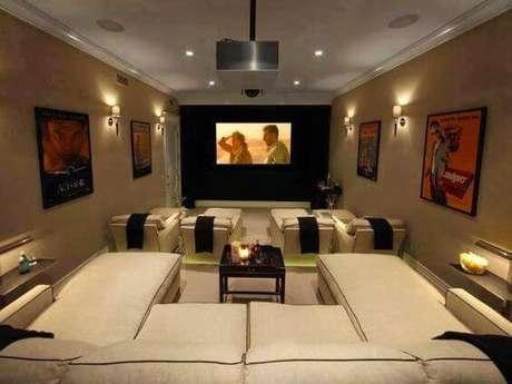 """19. O sofá em formato de """"U"""" acomoda várias pessoas sentadas e também permite deitar para relaxar. Fonte: Pinterest"""