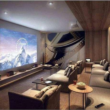 25. Os degraus no cinema em casa deixam a visualização da tela mais livre. Fonte: Pinterest