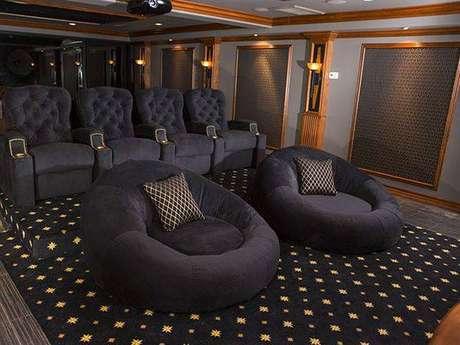 28. Os puffs redondos dão mais charme para a sala de cinema. Fonte: Pinterest