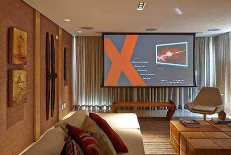 30. Cinema em casa com projetor e mesa de centro. Projeto por Glaucia Britto.